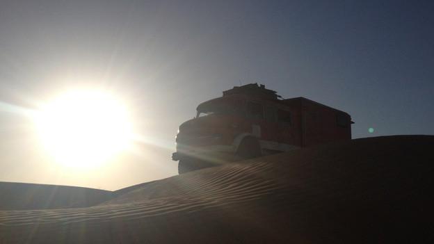 Truck im Sonnenuntergang in der Wüste von Tunesien