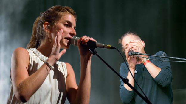 Valeska Steiner von Boy und Sänger Adrian Erni von Yokko am Singen