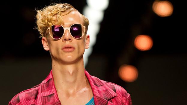 Blondes Männermodel mit Sonnenbrille.