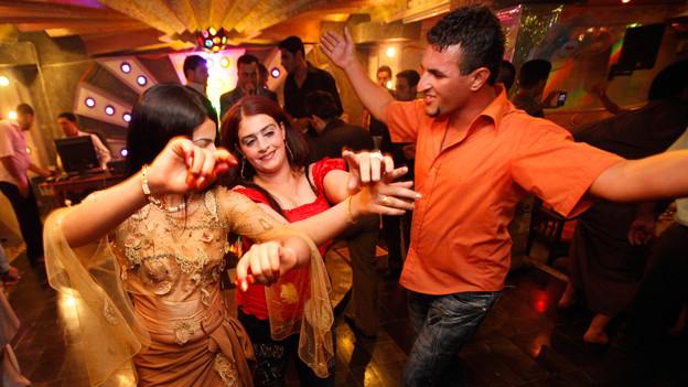 Tanzende Partygänger in Iran.