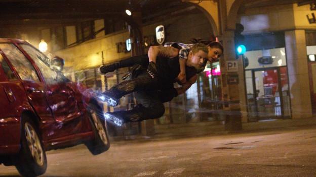 Caine (Channing Tatum) demonstriert Jupiter (Mila Kunis) seine Flugschuhe.