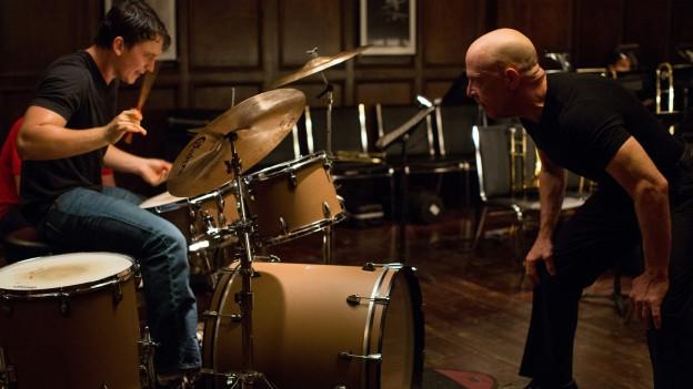 Andrew (Miles Teller, links) lässt sich von Fletcher (J.K. Simmons) traktieren.