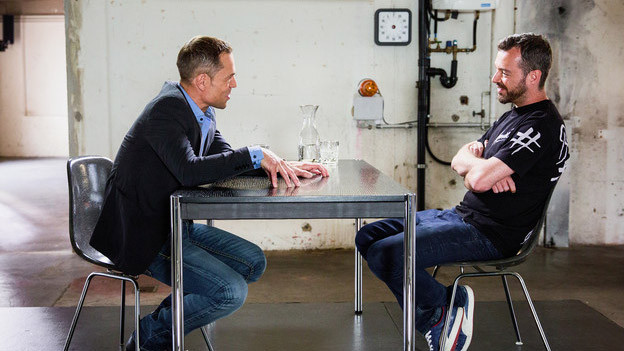 Moderator Matthias Hüppi und Rapper Greis beim «Focus – Blind Date»