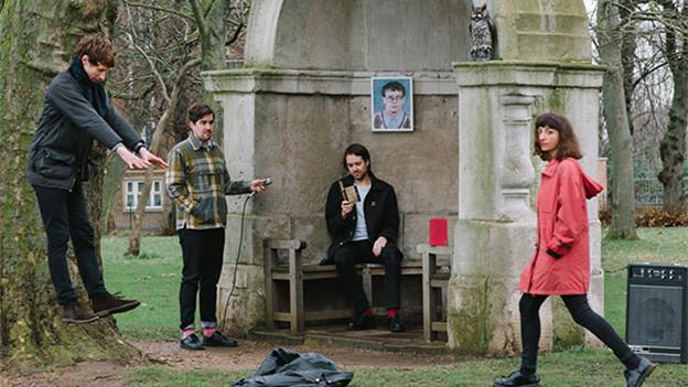 Bandbild von Sauna Youth (vier Musiker draussen, herbstlich)
