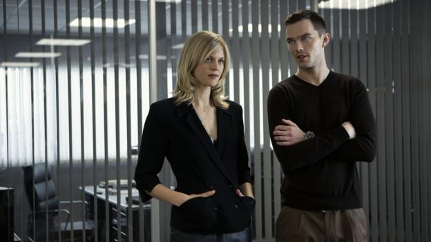 Hätte Stelfox (Nicholas Hoult) bloss auf seine Assistentin (Georgia King) gehört.
