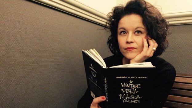 Nora Zukker mit dem Buch von Gimma in der Hand
