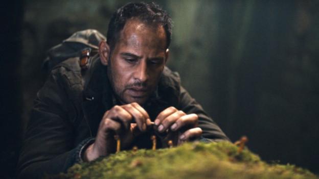 Urs Blank (Moritz Bleibtreu) sucht im Wald Magic Mushrooms.