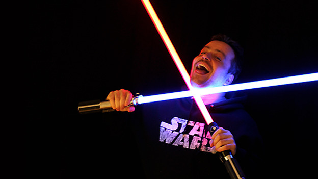 Sascha Rossier mit StarWars-Schwertern