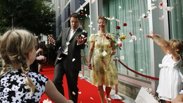 Paar, das gerade auf dem Zivilstandsamt geheiratet hat