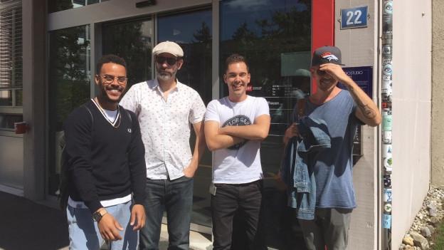 Denyo, DJ Mad, Fabio Nay und Eizi Eiz konnten nicht still halten für das Foto. Es war zu lustig.