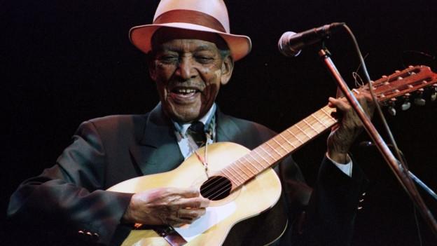 """Eine der Legenden der kubanischen Erfolgstruppe «Buena Vista Social Club»: Francisco Repilado, """"Compay Segundo,"""" damals 92, an einem Konzert (1999)."""
