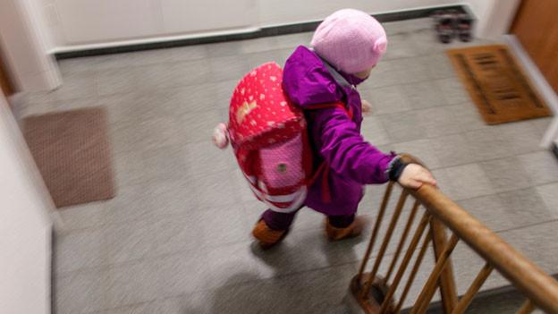 Eine Primarschülerin auf dem Weg zur Schule.
