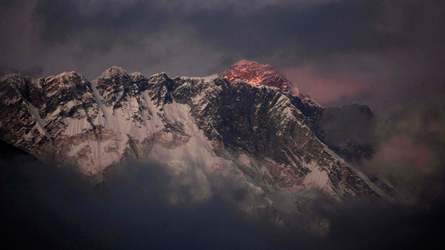 Das letzte Licht des Tages auf dem Mount Everest.