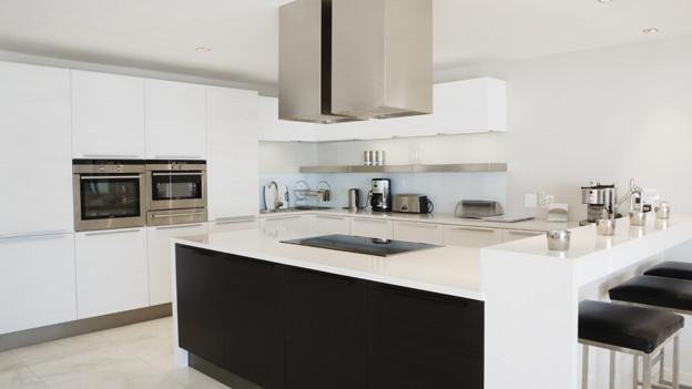 Die moderne Küche: Glatte Fläche, blitzblanker Chromstahl und oft Die moderne Küche sieht aus wie aus einem Showroom: Die Fronten haben meist ohne Türgriffe