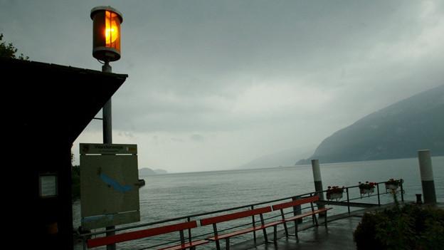 Ein Sturm braucht sich über einem See zusammen.