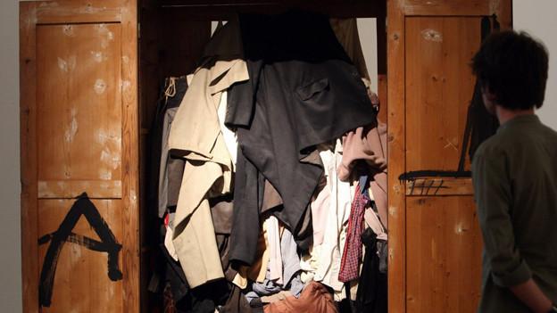 Jetzt seinen Kleiderschrank entrümpeln, oder aber ihn zum Kunstprojekt erklären. Wie 'Wardrobe' des Künstlers Antoni Tapies.