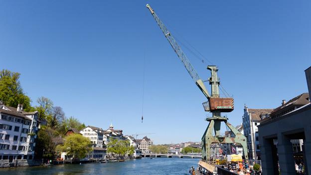 Hochseehafen Zürich: Der Hafenkran an der Limmat.