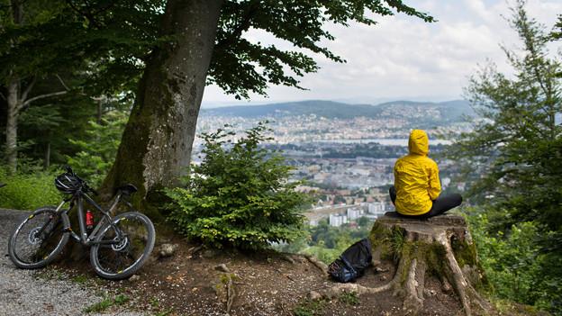Blick auf Zürich: Eine Fahrradfahrerin schaut auf Zürich.