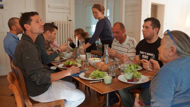 Input-Macher Gaudenz Weber (3.v.r.) beim geteilten Mittagessen.