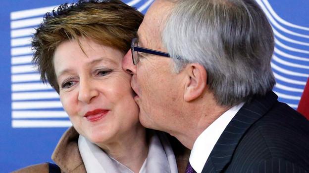 Juncker küsst Sommaruga: Der Schmatzer der Woche.