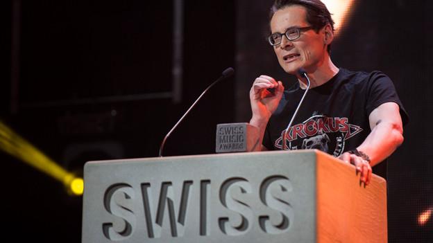 Roger Köppel als Laudator für Krokus an den Swiss Music Awards.