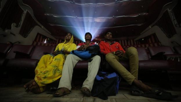 Kinogänger in Mumbai, Indien.