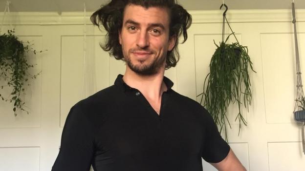 Wild antrainiert: Wenn man das Trainingsshirt anzieht, hat man sofort keine Frisur mehr, wie Jan Oliver bei diesem Bild stolz beweist.
