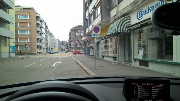 Parkverbot, ausser am Wochenende: Die Parktafel verwirrt Basler Polizisten.