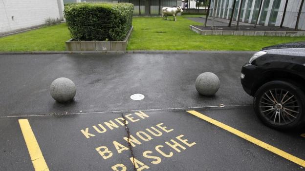 Kundenparkplätze sind ausschliesslich für Kundengeschäfte reserviert.