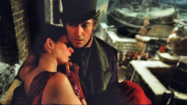 Der Ex-Sträfling Jean Valjean (Hugh Jackman) kümmert sich um die Prostituierte Fantine (Anne Hathaway).
