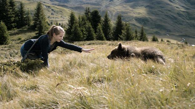 Clara (Ricarda Zimmerer) wagt sich ein bisschen zu nahe an den jungen Bären.