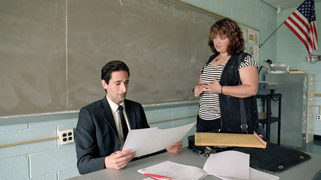 Aushilfslehrer Henry Barthes (Adrien Brody) ermutigt Meredith (Betty Kaye) bei ihrem Hobby, der Fotografie.
