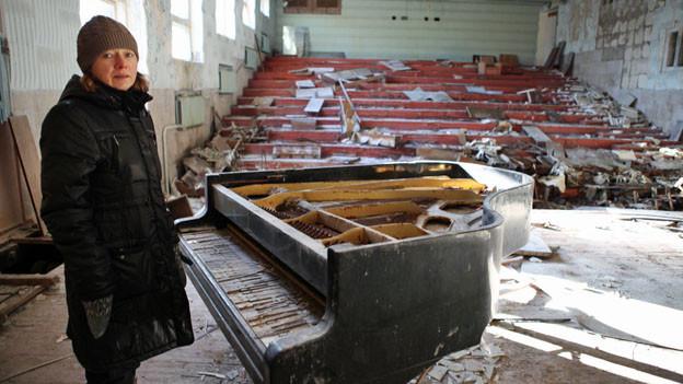 Pianistin Alena Cherny in einer Ruine von Pripyat, das seit der Tschernobyl-Katastrophe 1986 eine Geisterstadt ist.