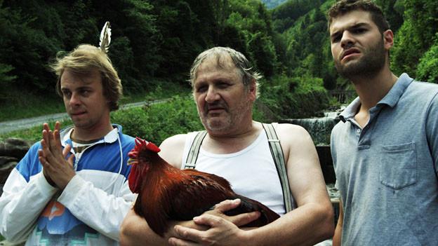 Andrea Zogg (Mitte) spielt einen Bauern, Philipp Kluckner (links) seinen unterbelichteten Sohn und Raphael Carlucci seinen ukrainischen Knecht.
