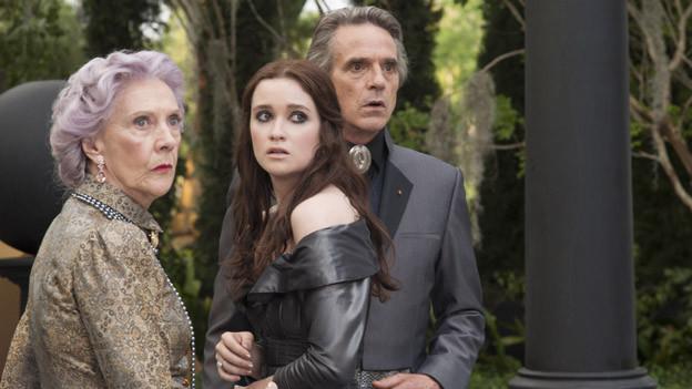 So stylen sich Caster: Lena (Alice Englert, Mitte), ihr Onkel Macon (Jeremy Irons) und ihre Gramma (Eileen Atkins).