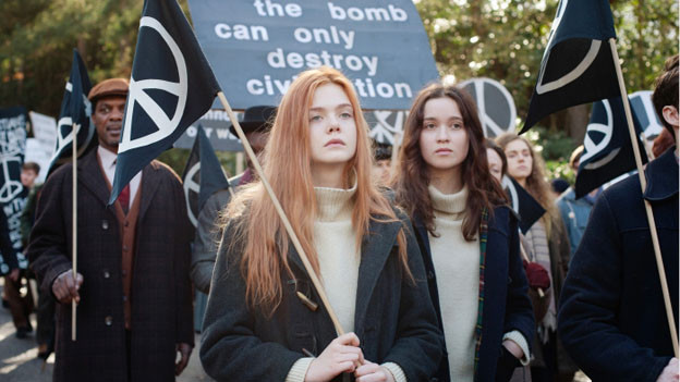 Ginger (Elle Fanning, links) und Rosa (Alice Englert) protestieren im Herbst 1962 gegen die Atombombe.