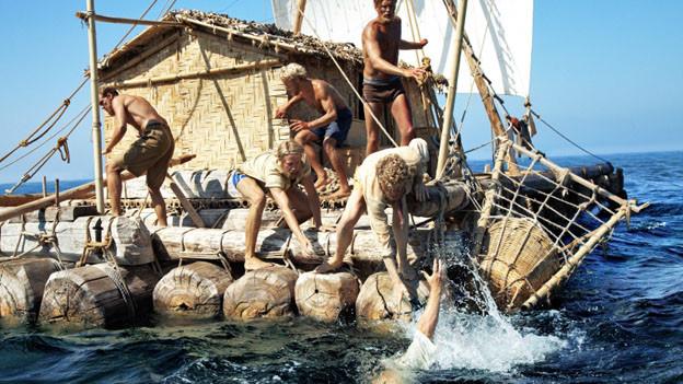Thor Heyerdahl (Päl Sverre Hagen, 2.v.l.) und seine Kollegen versuchen den über Bord gefallenen Hermann zu retten.