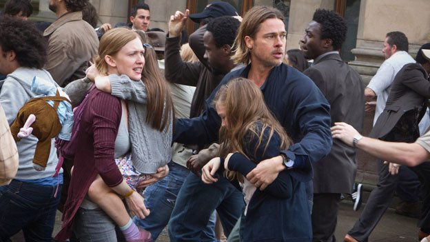 Gerry Lane (Brad Pitt) gerät mit Frau (Mireille Enos) und Kindern in eine gigantische Zombie-Attacke.