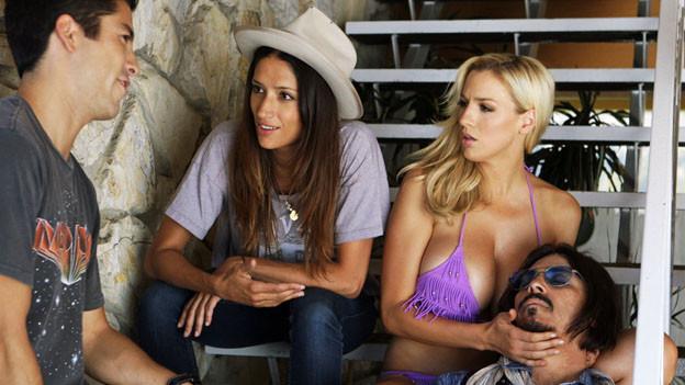 Ist der Tote Johnny Depp? Das fragen sich (von links) Max (Max Loong) , Melanie (Melanie Winiger) und Gudrun (Jordan Carver).