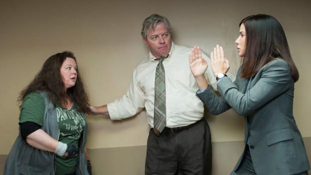 Captin Woods (Thomas F. Wilson) muss schauen, dass seine Polizistin Mullins (Melissa McCarthy, links) und die FBI-Agentin Ashburn (Sandra Bullock) nicht aufeinander losgehen.