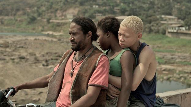 Komona (Rachel Mwanza) flüchtet mit dem Magier (Serge Kanyinda, rechts) zu ihrem Onkel (Ralph Prosper).