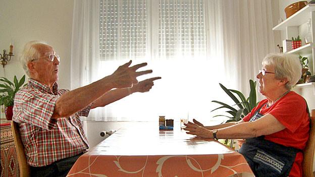 Sie sind komplett verschieden und halten doch zueinander: Max und Hedy Liechti beim Diskutieren.