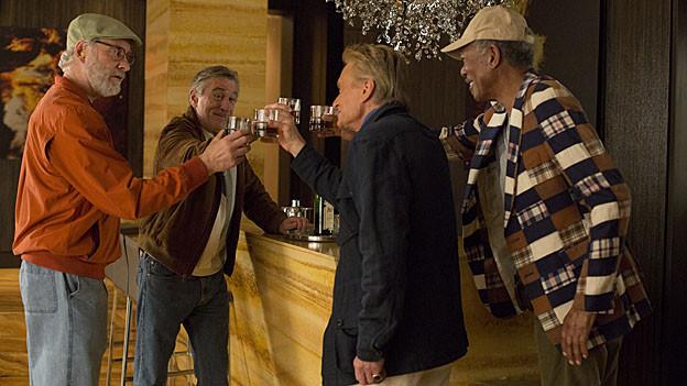 Prost Billy (Michael Douglas, 3.v.l.): Der zukünftige Bräutigam feiert den Polterabend mit Sam (Kevin Kline, 1.v.l.), Paddy (Robert De Niro, 2.v.l.) und Archie (Morgan Freeman).