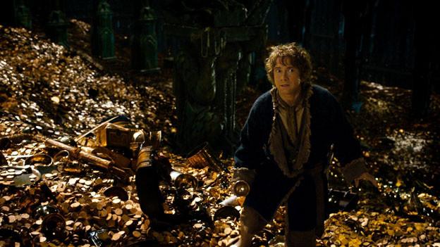 Der Hobbit Bilbo (Martin Freeman) sucht im vom Drachen bewachten Zwergenschatz einen besonderen weissen Edelstein.