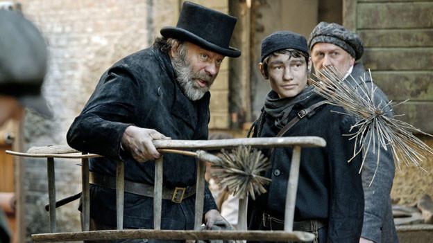 Giorgio (Fynn Henkel, Mitte) muss für seinen Meister Battista (Waldemar Kobus, links) in die engen Kamine steigen.