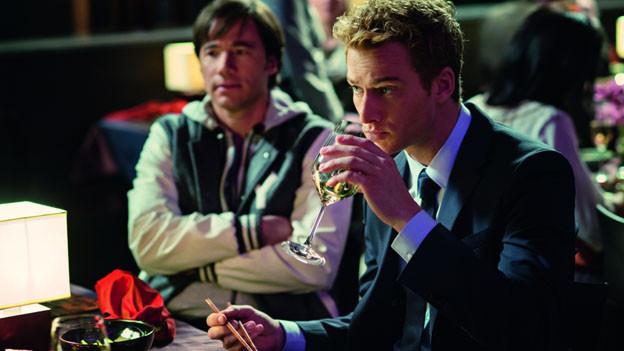 Eddie (Alexander Fehling, rechts) glaubt, verrückt geworden zu sein. Denn er kann neuerdings seinen Schutzengel (Michael Bully Herbig) sehen.