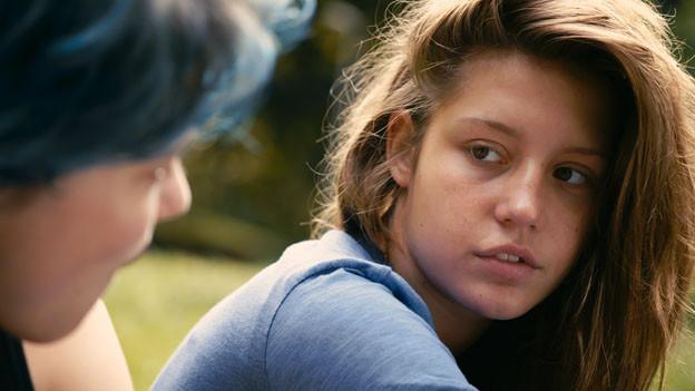Adèle (Adèle  Exarchopoulos) verliebt sich in die blauhaarige Emma (Léa Seydoux).