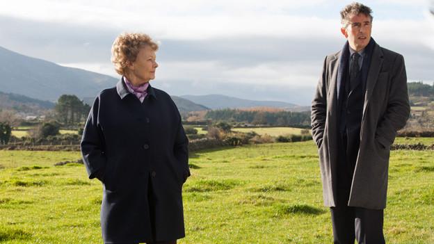 Martin Sixsmith (Steve Coogan) hilft Philomena Lee (Judi Dench) bei der Suche nach ihrem verlorenen Sohn.
