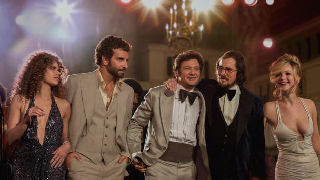 Sehenswerte Décolletés und Frisuren: Amy Adams, Bradley Cooper, Jeremy Renner, Christian Bale und Jennifer Lawrence.