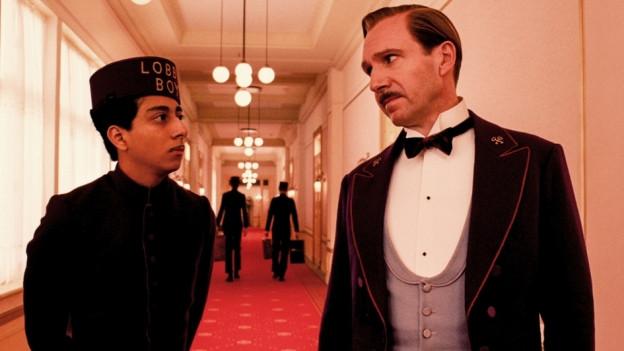Der Concierge Gustave H. (Ralph Fiennes, rechts) nimmt den Lobby Boy Zero (Tony Revolori) unter seine Fittiche.